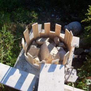 Pilier de fondation en pierres et béton de chaux