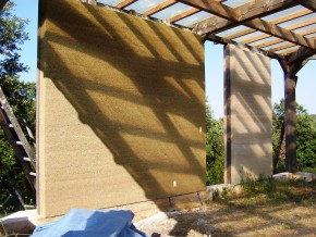 La stabilité et le contreventement sont assurés par l'ossature bois