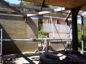 L'ossature bois secondaire est prise dans le mélange chaux et chanvre