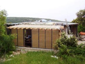Continuité de l'isolation thermique et étanchéité à l'air entre murs et toiture par le mélange chaux/chanvre