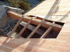Voligeage restant apparent en plafond et suivant les courbes des anciens toits en lauzes