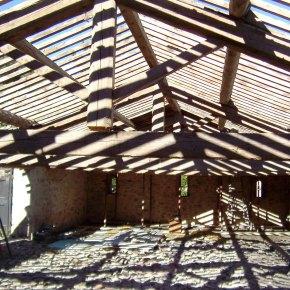 Ancienne cave viticole du domaine restauré. Charpente à démonter