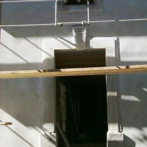 Restauration des encadrements en pierre dégradée. Enduit à la chaux des façades restaurées